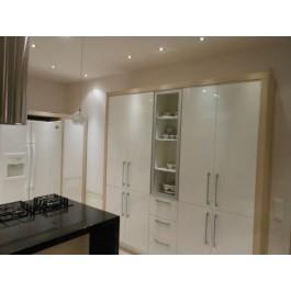 mobilier la comanda bucatarie moderna usi mdf vopsit lucios high gloss ral sisteme inchidere silentioase